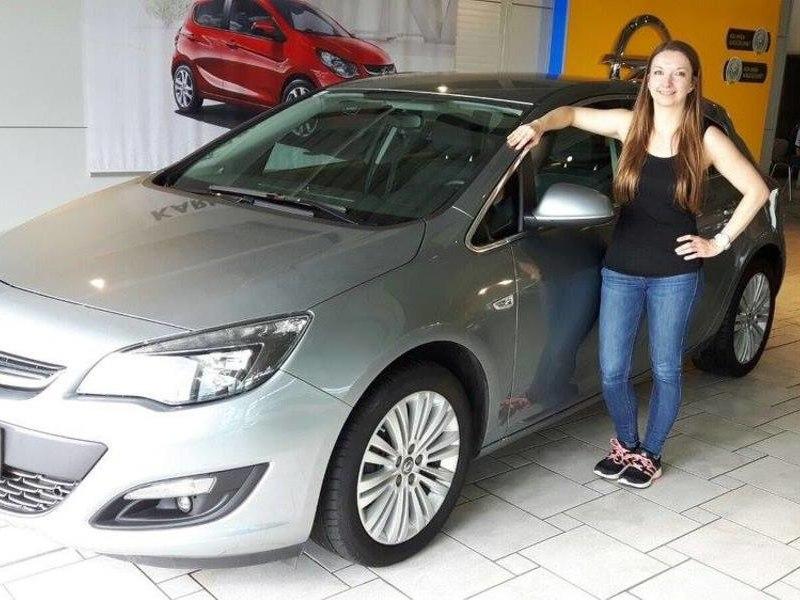 Verkaufsberater Robert Weinhofer übergibt an Frau Tanja Pomper einen Jungwagen Opel Astra. Wir wünschen viele unfallfreie Kilometer und gute und sichere Fahrt!