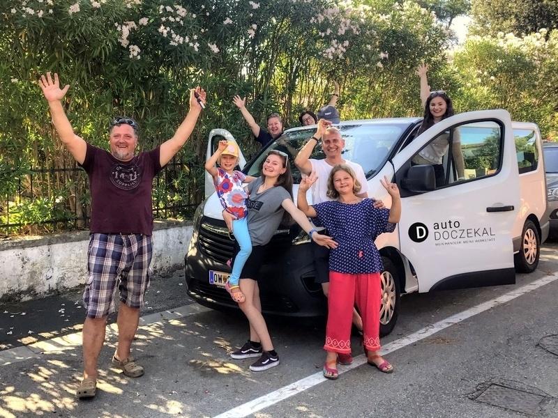 Familie Schönfeldinger mit unserem 9-Sitzer-Bus bei Tirrenia in der Toskana!